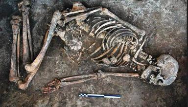 Археологи нашли в кургане около Днестра скелет со странными отметинами