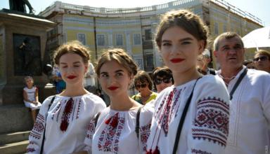 День Независимости: в Одессе около 2 тысяч людей в вышиванках выстроились в живую цепь