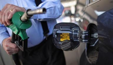 Вслед за долларом в Украине дорожает бензин