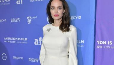 Анджелина Джоли надела платье-свитер и показала худощавые ноги