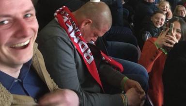 Фанаты поиздевались над уснувшим на стадионе болельщиком