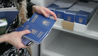 Стало известно, сколько украинцев оформили загранпаспорта с начала года