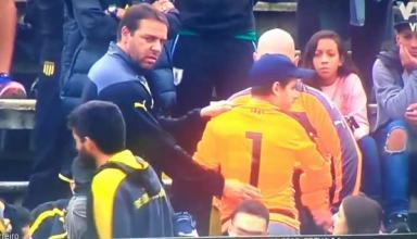 Болельщик отдал футболку вратарю в матче высшего дивизиона чемпионата Уругвая