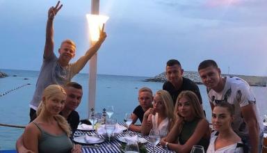 Зинченко проводит отпуск в окружении спутниц друзей по
