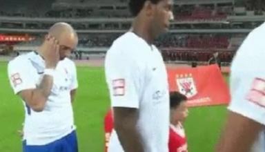 В Китае футболиста дисквалифицировали за чесание головы во время исполнения гимна
