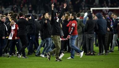 Фанаты французского клуба выбежали на поле, чтобы побить своих футболистов