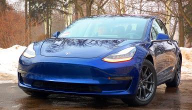 Седан Tesla Model 3 получил поддержку функции Summon и теперь может парковаться самостоятельно
