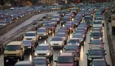 С сегодняшнего дня водители должны включать ближний свет фар за пределами населенных пунктов
