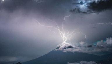 В Гватемале фотограф зафиксировал момент, когда молния попала на вершину кратера